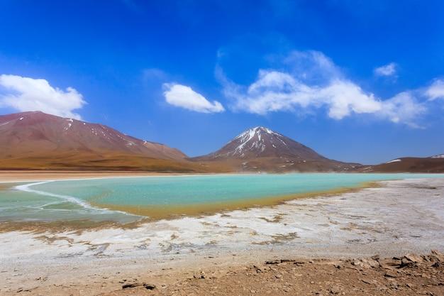 Пейзаж лагуна верде, боливия. красивая боливийская панорама. зеленая лагуна и вулкан ликанкабур.