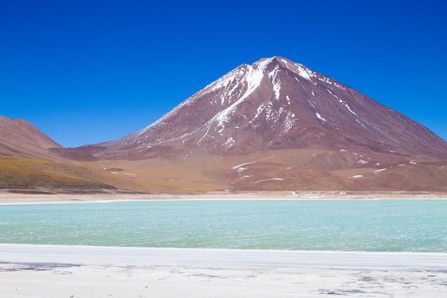 Пейзаж лагуна-верде с вулканом ликанкабур, боливия