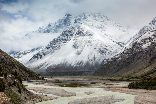 Долина лахаул в гималаях с заснеженными горами. химачал-прадеш, индия