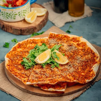 Lahmacun with lemons and greens