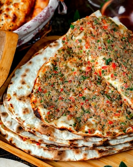 テーブルの上の肉lahmacun