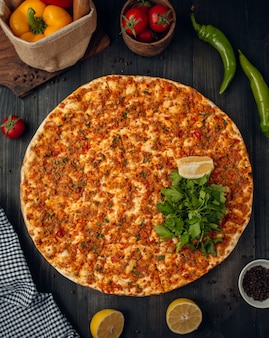 Турецкая пицца лахмаджун с мясным фаршем