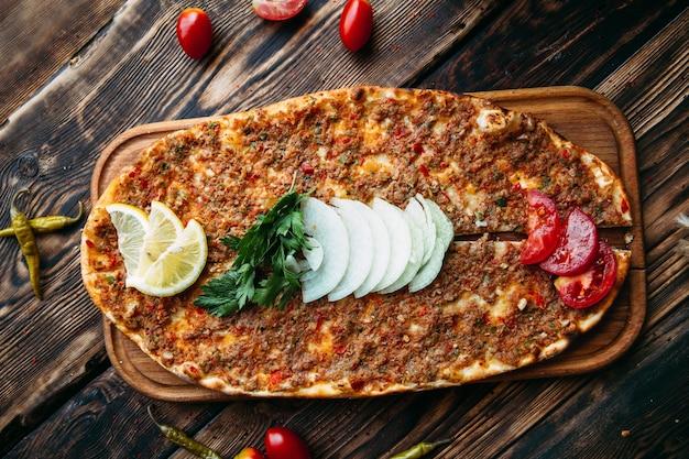 Турецкая пицца lahmajun с мясным фаршем на тонкой корочке