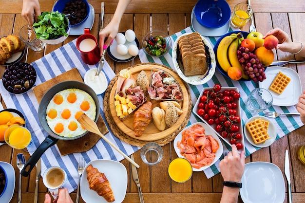 Накрытый стол с завтраками на вид сверху большой стол с видом сверху на еду лето