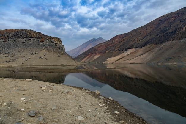 空の下の湖と色の岩