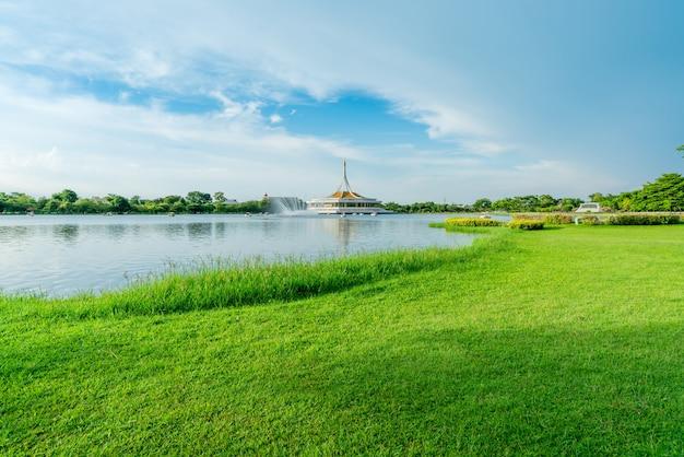公園の湖と緑の芝生フィールド。