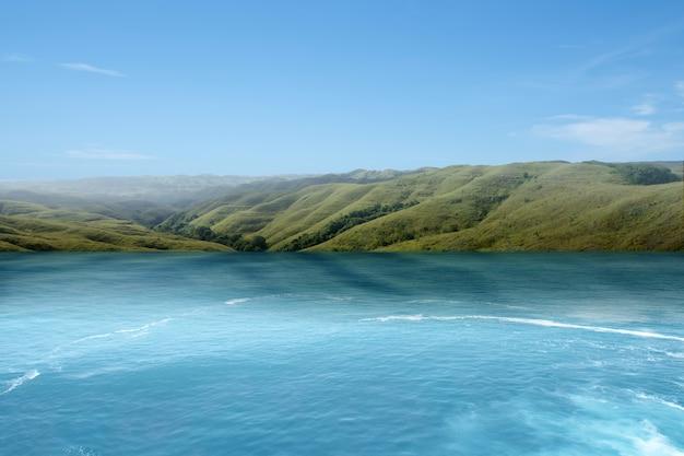 夏の気候の湖と緑の丘。環境変化の考え方