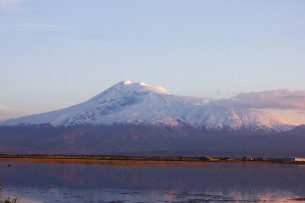 Озеро и гора арарат на закате