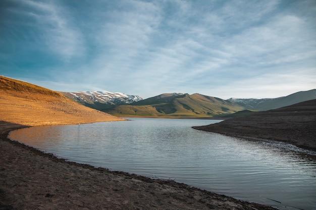 Озеро и гора под красивым небом