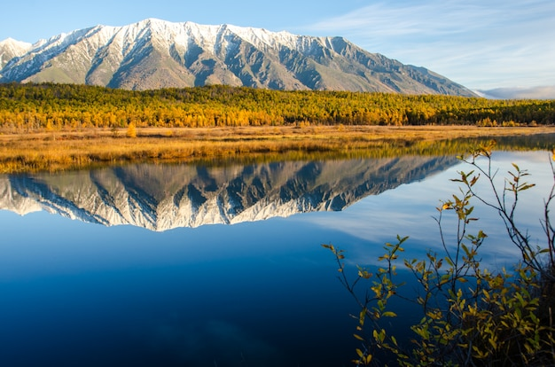 Озеро и горы сибири с отражением