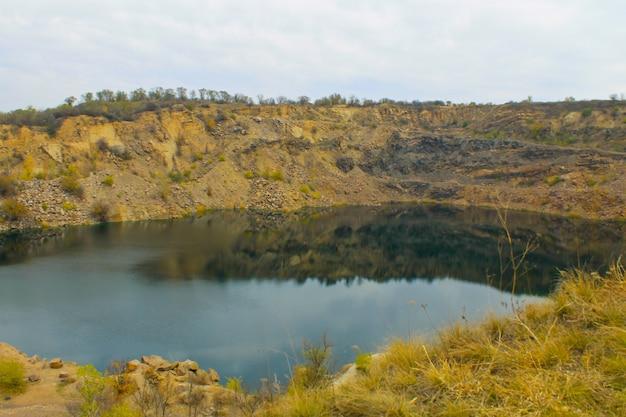 放棄された採石場の湖