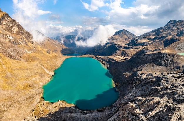 ペルーのワンカヨにあるhuaytapallana山脈の湖