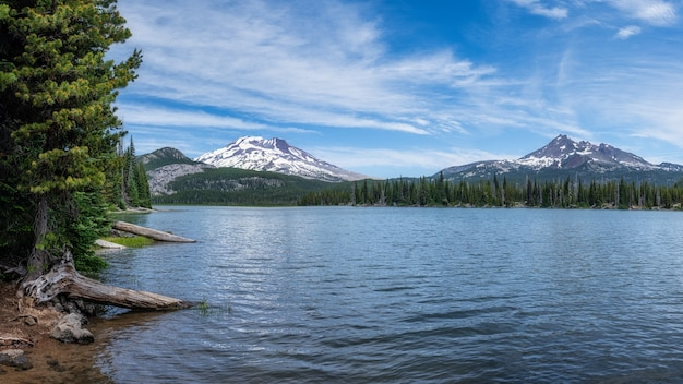森の近くの山の湖
