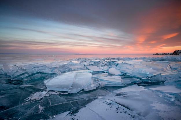 해질녘 바이칼 호수는 모든 것이 얼음과 눈, 두껍고 맑은 푸른 얼음으로 덮여 있습니다. 석양의 광선에 바이칼 호수. 놀라운 장소, 유네스코 세계 유산