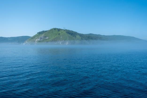 Озеро байкал недалеко от поселка порт байкал россия солнечный день вид на высокий берег и чистую воду озера ...