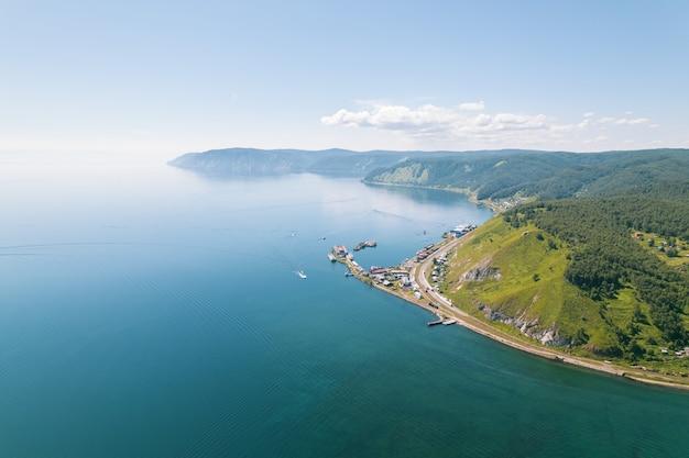 바이칼 호수는 아름다운 산과 숲으로 둘러싸인 놀라운 푸른 보석입니다.