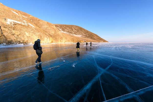 バイカル湖は氷と雪、強い寒さ、厚い澄んだ青い氷で覆われています。バイカル湖は凍るような冬の日です。