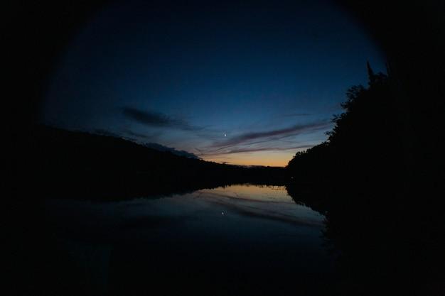 일몰과 하늘의 반사 전에 호수