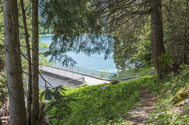 スイス、ロングリン橋の後ろの湖