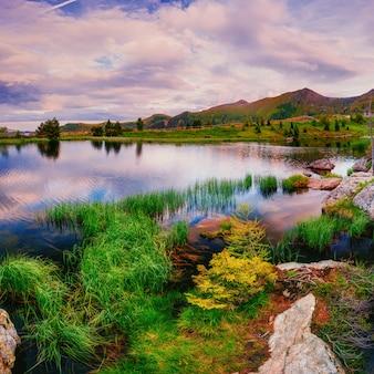 山の間の湖。美の世界。イタリアヨーロッパ