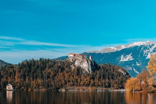 青い空の下で秋のアルプス山脈のブレッド湖