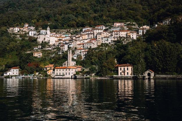 아름 다운 여름날에 이탈리아의 코모 호수