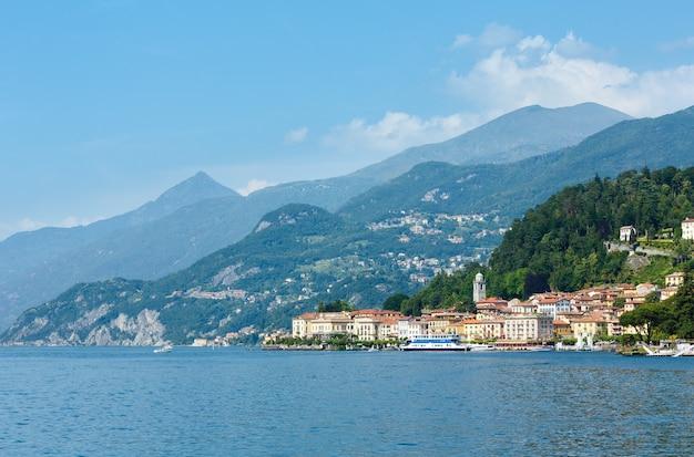 Вид на побережье озера комо (италия) летом с борта корабля