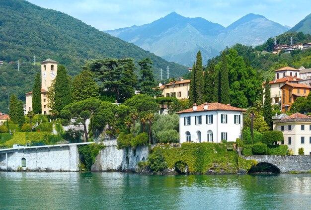 Озеро комо (италия) берег летом вид с борта корабля