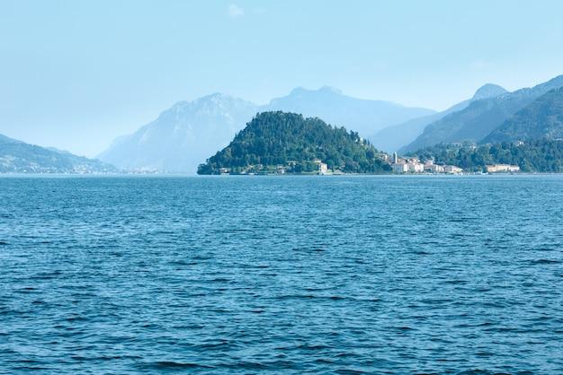 Озеро комо (италия) летний вид побережья с борта корабля