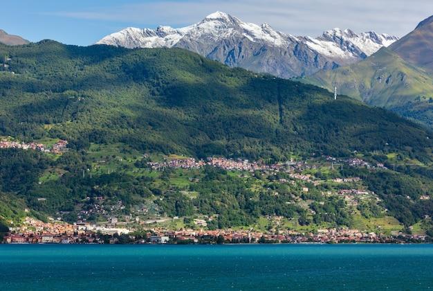 선박 보드에서 코모 호수 (이탈리아) 여름 해안보기