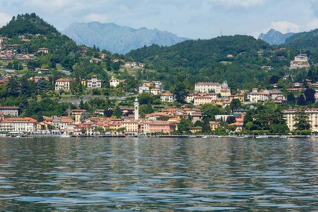 Летний вид на озеро комо (италия) и город менаджо на берегу.