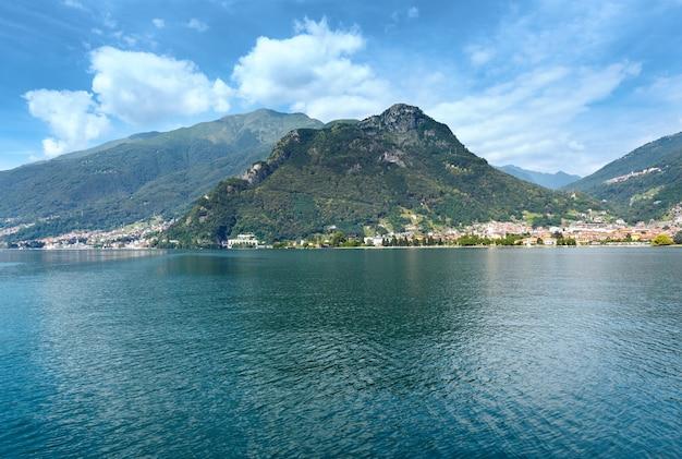 Озеро комо (италия) летний вид с борта корабля