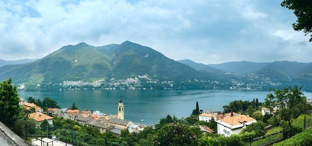 Озеро комо (италия) летний вид с берега.