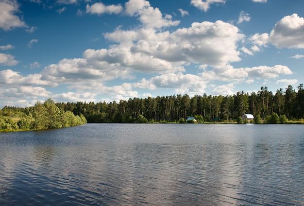 Озеро лесные облака