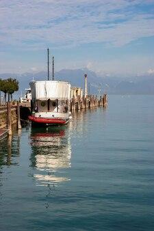 가르다 호수, 이탈리아/유럽 - 10월 25일: 2006년 10월 25일 가르다 호수에 정박한 유람선