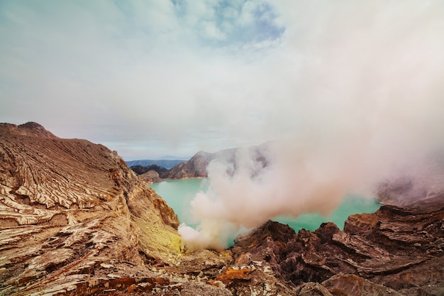 화산 ijen, 자바, 인도네시아의 분화구에있는 호수