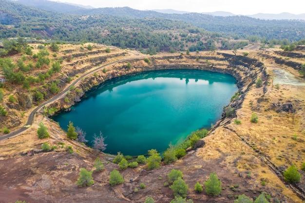 키프로스 카페데스 근처 피토라코마 구리 광산의 버려진 노천 구덩이에 있는 호수