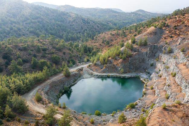 키프로스 machairas 근처의 버려진 현무암 채석장에 있는 호수. 공중 풍경