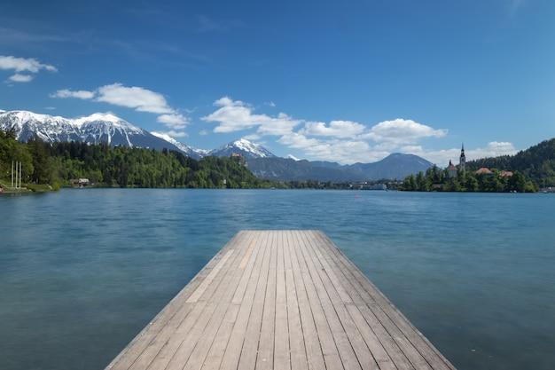Озеро в городе блед, словения, национальный парк триглав