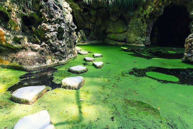 洞窟の中の湖