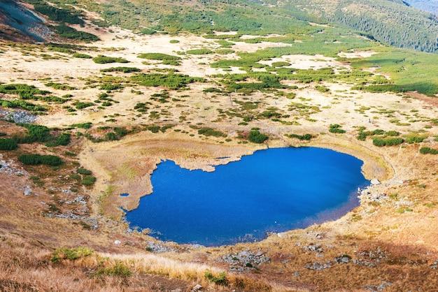 푸른 물과 산에 있는 호수. 조감도