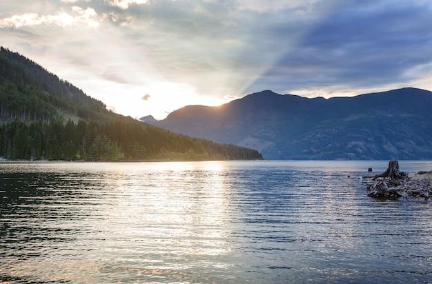カナダ、ブリティッシュコロンビア州、バンクーバー島の熱帯雨林の湖