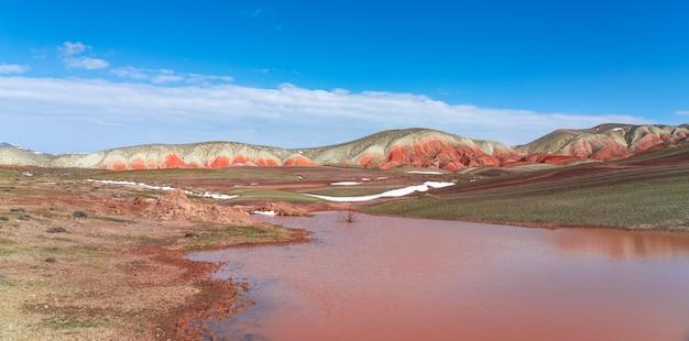赤い山の湖、自然の風景