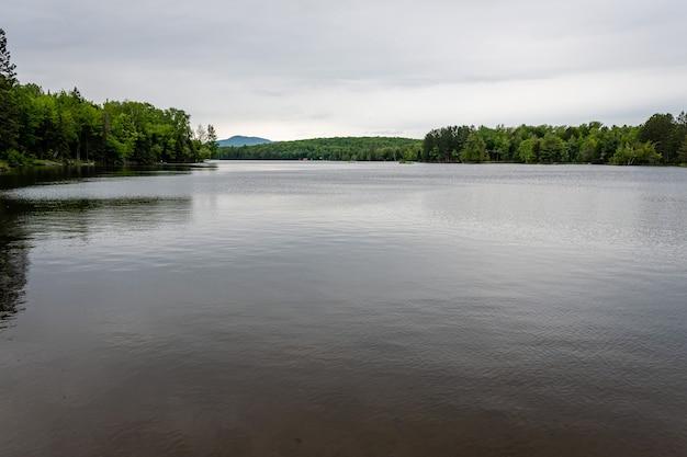 ニューヨーク州のアディロンダック山地にある湖