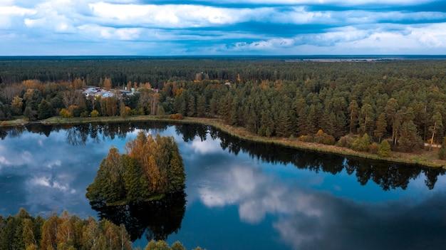 秋の森の湖