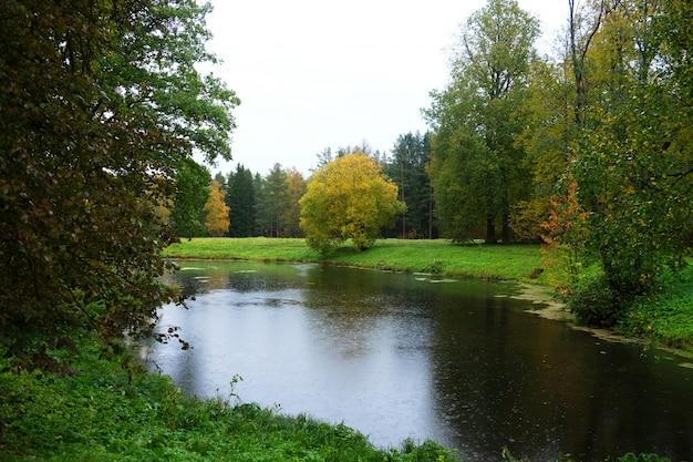 Озеро в осеннем парке. осенняя красота.