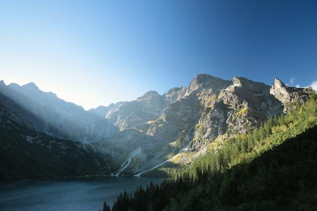 ポーランド、夜明けのカルパティア山脈の湖