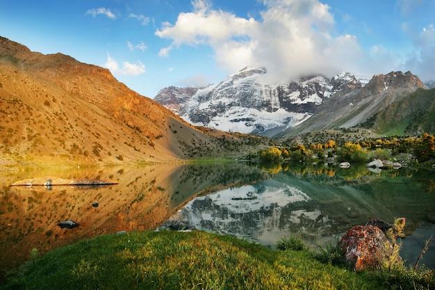 タジキスタンのファン山地の湖