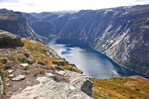 트롤의 언어로 호수. 노르웨이