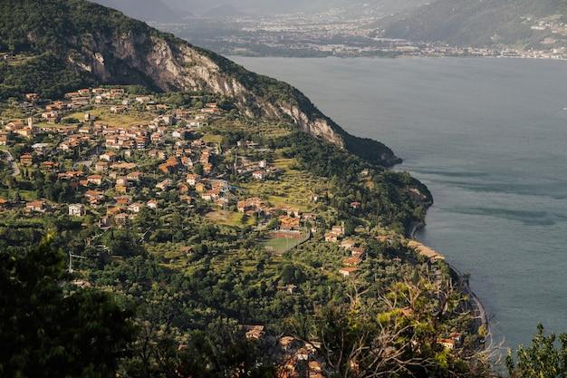 イゼーオ湖は、アルプスの丘陵地帯にあるロンバルディア州にあるイタリア北部の湖沼流域です。